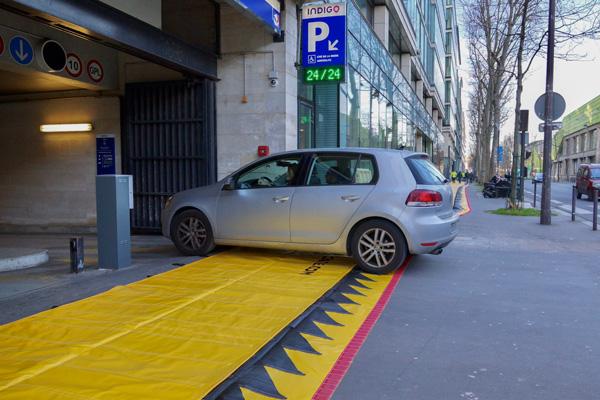 la protección contra inundaciones del automóvil rueda