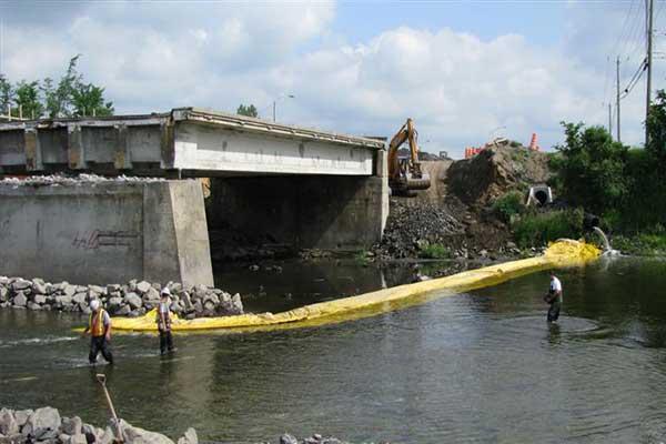 ataguía en el río para el trabajo pila de la cubierta