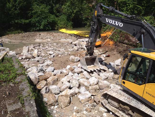 La Varenne: destrucción del umbral de la antigua hilandería de Torcy-le-Petit. Desvío temporal del caudal aguas arriba mediante ataguías flexibles Water-Gate©.