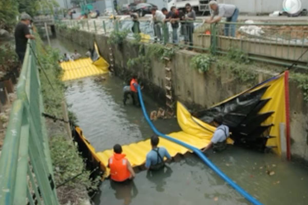 Instalación Water-Gate © en un canal con dos ataguías de cabeza a cola. Secado del tramo intermedio mediante bombeo Grundfos.