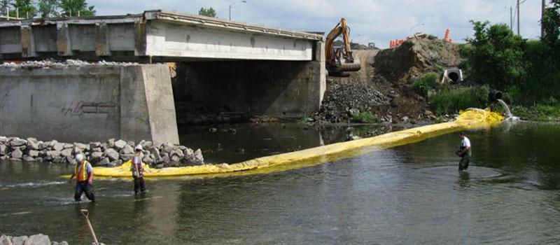 Trabajos de reparación en un puente bifásico. Instalación de una ataguía flexible en forma de L desde cada banco.
