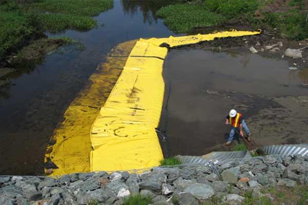 Obras fluviales. Ataguías flexibles Water-Gate ©. Instalación en forma de L aguas abajo. Boquilla, desvío de un arroyo.