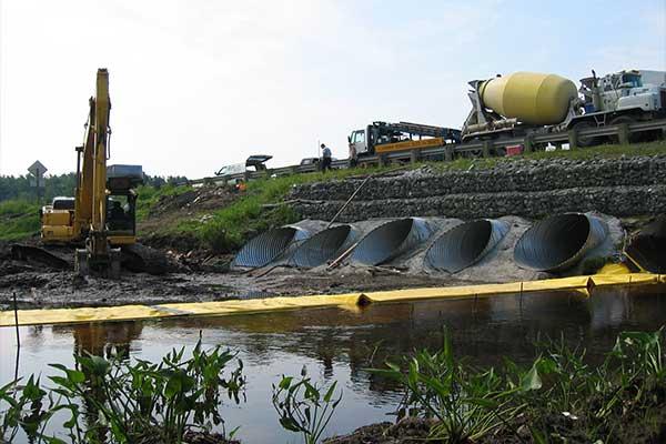 """"""" Obras fluviales. Ataguías flexibles Water-Gate ©. Instalación en forma de L aguas arriba. Boquilla, desvío de un arroyo."""""""