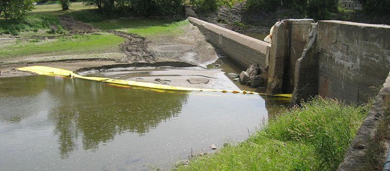 """"""" Subsidencia del dique. Instalación Water-Gate © en L de la orilla. Canadá Agosto de 2005"""""""