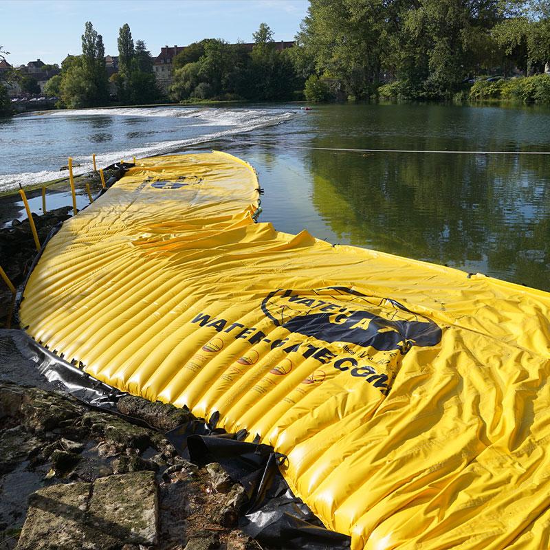 El secado de un brazo del río en el Doubs. La ataguía flexible se coloca en la orilla izquierda en la extensión del umbral de Dole.