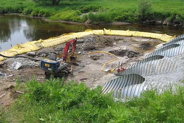 """ Obras fluviales. Ataguías flexibles Water-Gate ©. Boquilla, desvío de un arroyo."""