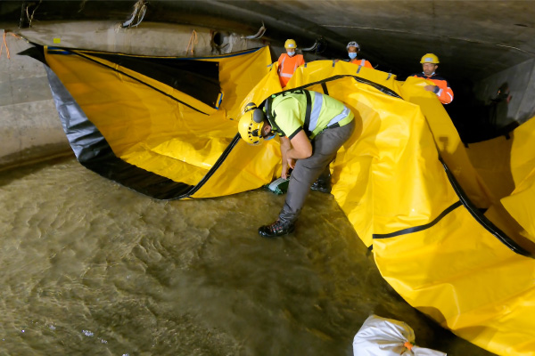 Coloque bolsas de grava en el suelo debajo del dique flexible Water-Gate © para aumentar las fuerzas de fricción.