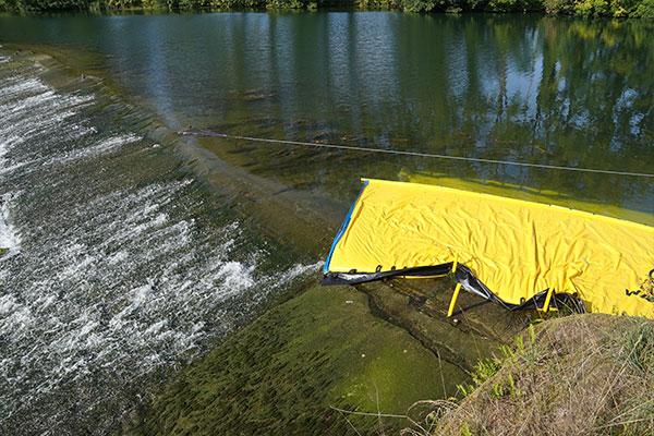 Ataguía Water-Gate© WA-6050, cuyo extremo muere en un umbral plano de baja pendiente.