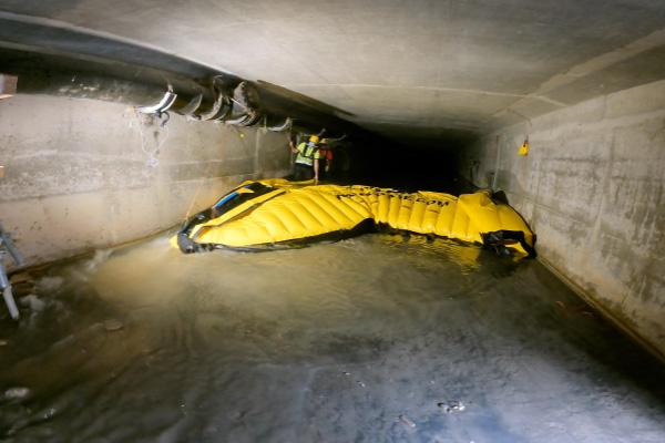 Desmontaje de una ataguía flexible Water-Gate ©. El borde de ataque se eleva para pasar el agua por debajo de la ataguía y reducir las fuerzas de fricción.